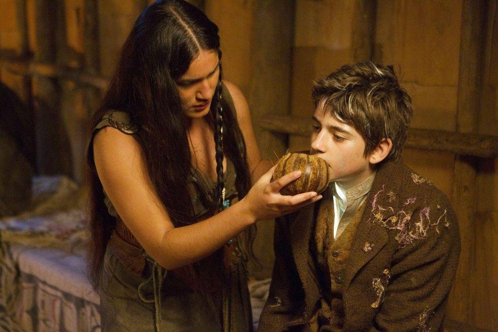 Hier, trink schon! Aaya (Q'orianka Kilcher) hilft Peter (Charlie Rowe)