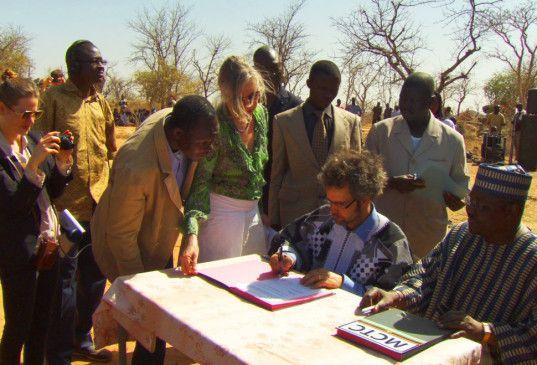 Christoph Schlingensief bei der Grundsteinlegung in Burkina Faso