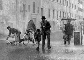 Antonio (Lamberto Maggiorani) muss sein Rad im Regen suchen