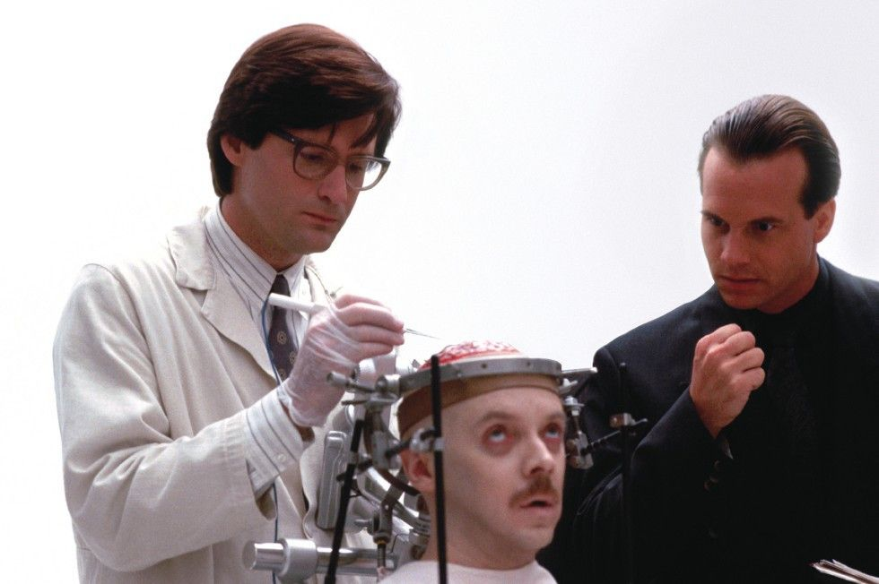 Dr. Rex Martin (Bill Pullman, l.) nimmt eine riskante Operation am Hirn des Mathematikers Halsey (Bud Cort, M.) vor