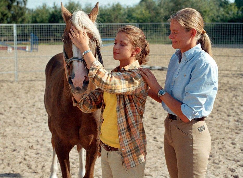 Die Pferdeflüsterin (Andrea Kutsch) ist zufrieden mit Alinas (Marett Katalin Klahn) Arbeit