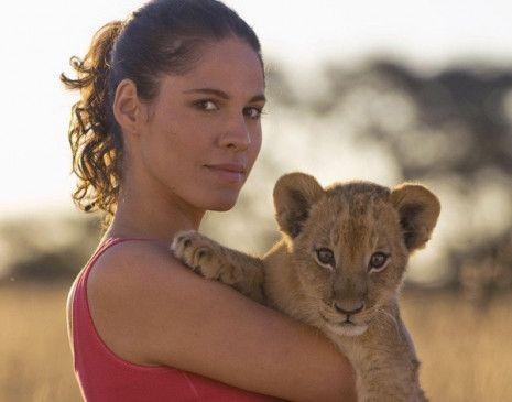 Fühlt sich wohl in Afrika: Jasmin Gerat als Sarah Voss