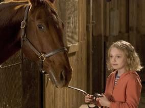 Tolles Pferdchen! Dakota Fanning freut sich