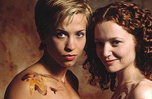 Jetzt würdet ihr wohl gerne mehr sehen? Christina  Cox (l.) und Karyn Dwyer bevorzugen die lesbische  Liebe