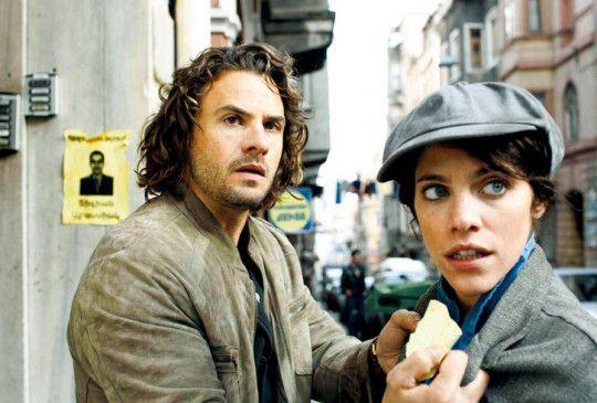 Robert (Stephan Luca) und Anahit (Julia Molkhou) werden verfolgt