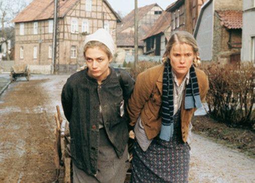 Endlich bewegt sich etwas im Ort! Ewa Bukowska (l.) und Karoline Eichhorn