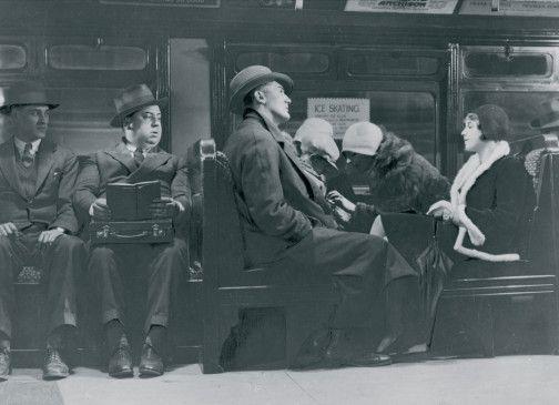 Unterwegs in der U-Bahn von London - Alfred Hitchcock (2.v.l.) beobachtet die Szene