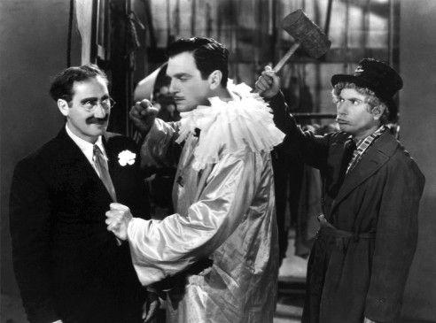 Die Marx-Brothers (l. und r.) wollen Walter Kings Auftritt verhindern
