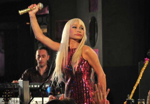 Sängerin Firuzan (Demet Akbag) will unbedingt große Karriere machen ...
