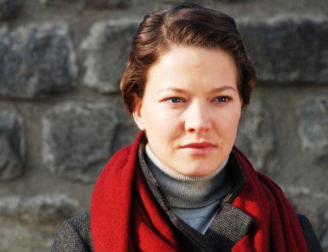 Erzählerin aus dem Off: Hannah Herzsprung als Anna Letenská