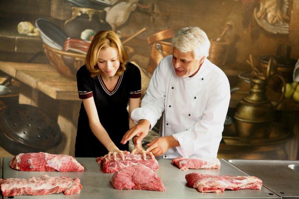 Also erst mal die Hände auflegen! Michele Placido gibt Stefania Rocca Zubereitungstipps