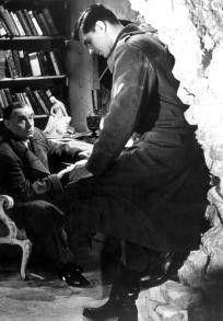 Erich Maria Remarque (links) mit John Gavin als  Soldat Ernst Gräber