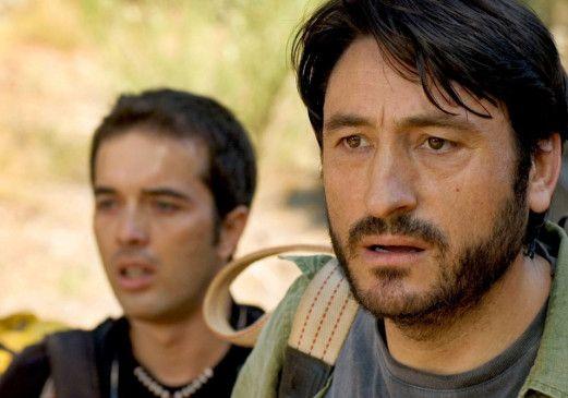 Esteban (Carmelo Gómez, r.) findet seine zitternde und verletzte Frau