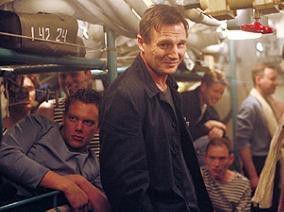 Noch hat er Grund zum Lachen: Liam Neeson (M.)