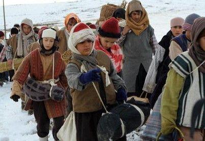 Voll bepackt mit Munition ziehen die Kinder durch die Berge
