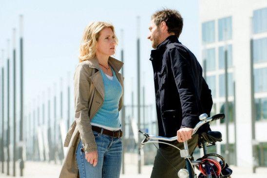 Dies ist eine Liebesszene: Maria Furtwängler und Benjamin Sadler wollen radfahren