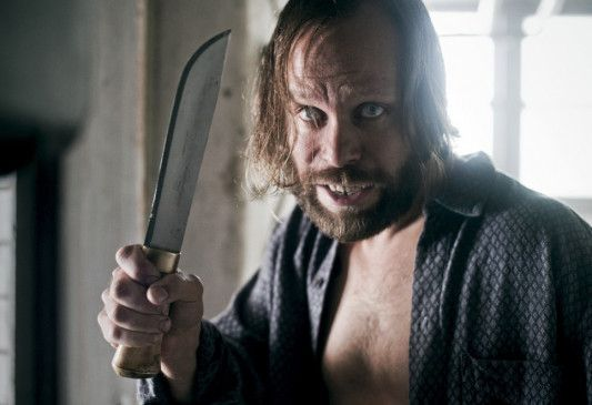 Esa Lipponen (Juho Milonoff) will die Polizei aus seinem Haus vertreiben
