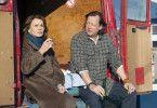 Fernsehtechniker Karl Wenzelburger (Matthias Brandt) will Erika Welves (Senta Berger) helfen