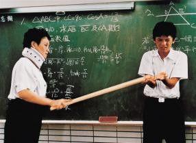 """""""Schon wieder ohne Hausaufgaben!"""" Schüler Ah Jiang (Wen Yin, r.) bekommt den Zorn der Lehrerin zu spüren"""