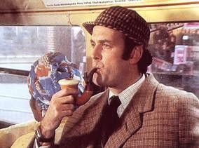 Sonderbar, sonderbar. Die Pfeife schmeckt nach  Lakritz! John Cleese als Meisterdetektiv