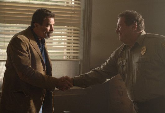 Polizeichef Lou Carson (Mike Starr, r.) wünscht dem Neuen (Tom Selleck) viel Glück