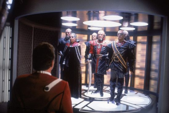 Kirk (William Shatner, l.) empfängt hohen Besuch auf der Enterprise