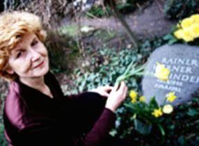Schauspielerin Irm Hermann, Fassbinders Geliebte, am Grab von Rainer Werner