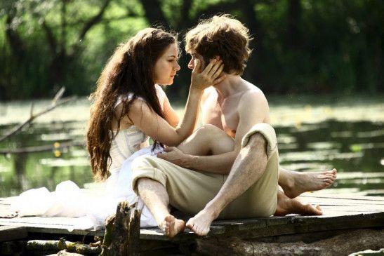 Hannah (Henriette Richter-Röhl) und Helmut (Nico Rogner) genießen ihre Zweisamkeit