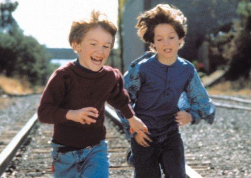 Bobby (Joseph Mazzello) und Mike (Elijah Wood, r.) sind endlich einmal fröhlich