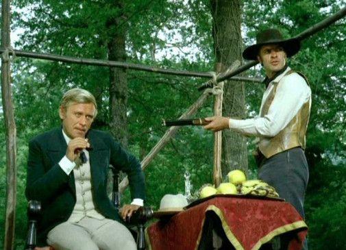 Wenn ihr mir zu nahe kommt, schieße ich! Ken (Clyde Garner alias Spiros Focás, r.) hält Malone (Horst Frank) in Schach