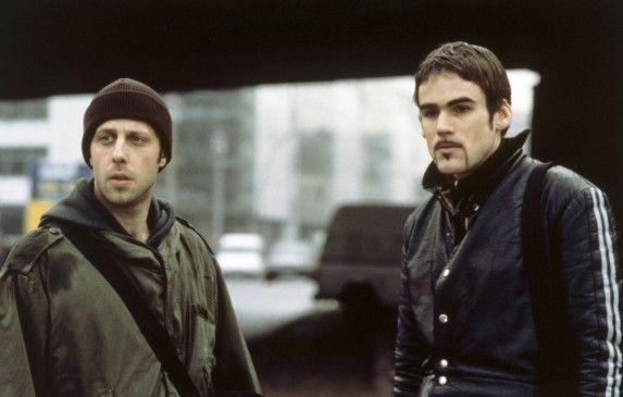 Freddy und Tommy Dunckel (Oliver Korittke, l., Sebastian Blomberg) beim Abschied von ihrem jüngsten Bruder