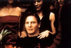 Fester, Schatz, fester! Liam Neeson scheint die  Massage zu genießen