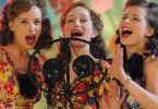Alexandra (Andrea Osvárt), Judith (Lotte Verbeek) und Kitty (Elise Schaap, v. l.n.r.) feiern rauschende Erfolge