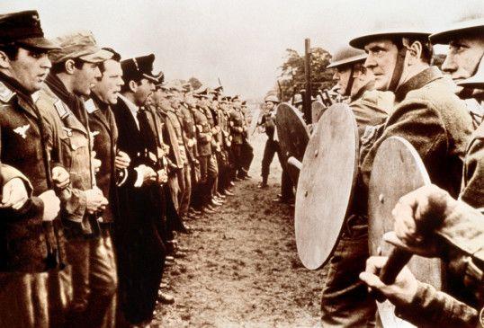 Die Kriegsgefangenen (l.) und ihre Bewacher