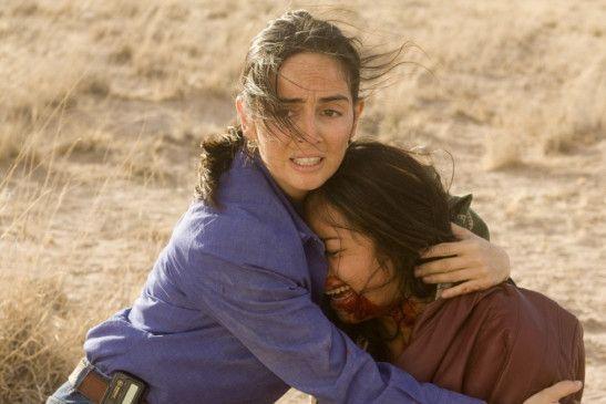 Blanca (Ana de la Reguera) tröstet eine Frau, die gerade noch den Männern entkommen konnte