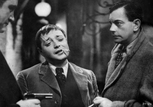 Der Bösewicht setzt den Vater unter Druck: Peter Lorre (l.) und Leslie Banks