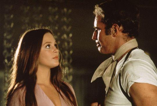 Thorn (Charlton Heston) beginnt eine Affäre mit Shirl (Leigh Taylor-Young), der Geliebten des Ermordeten