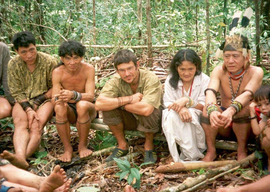 Umweltaktivist Bruno Manser im Kreise der Penan auf Borneo