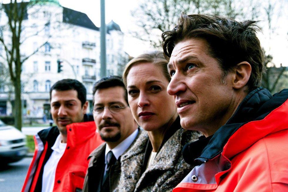Freddy (Tobias Moretti, r.) und Emile (Fahri Yardim, l.) konnten der schwangeren Carla (Sophie von Kessel) helfen