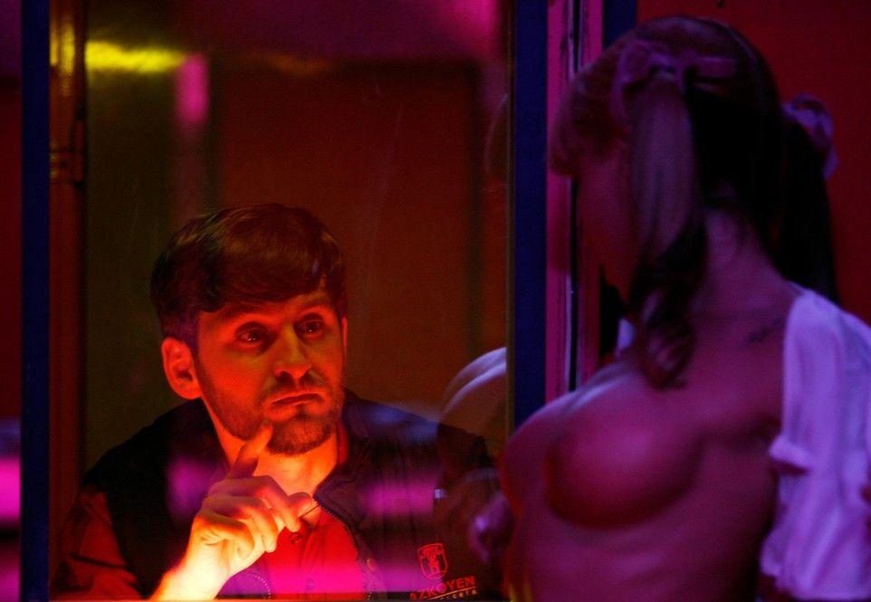 Der strenge Katholik Alex (Raúl Arévalo) vertreibt sich seine Zeit in einer Peep-Show