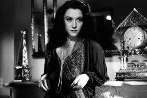 Hélène (Maria Casarès) sieht sich schon am Ziel ihrer Intrigen.