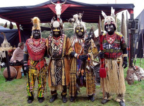 Bunt und enorm aufwändig: Kölsche Afrikaner in ihren Kostümen