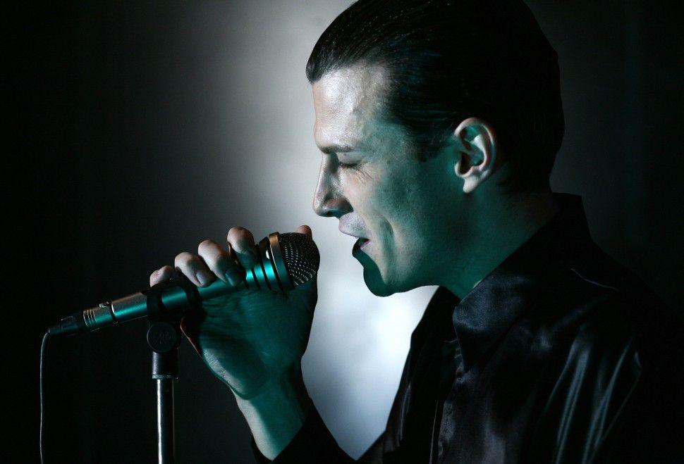 Singen macht Freude: Manuel Rubey als Falco