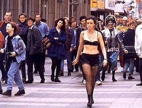 Keiner liebt mich! Deshalb läuft Maria Schrader  halbnackt über die Straße