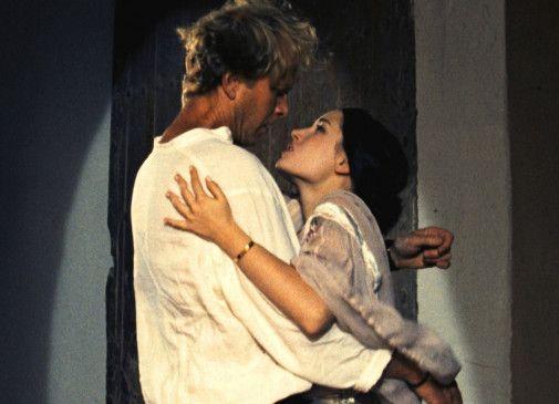Claudine (Marie Espinosa) scheint John (James Wilby) bei seinen Forschungen zu unterstützen