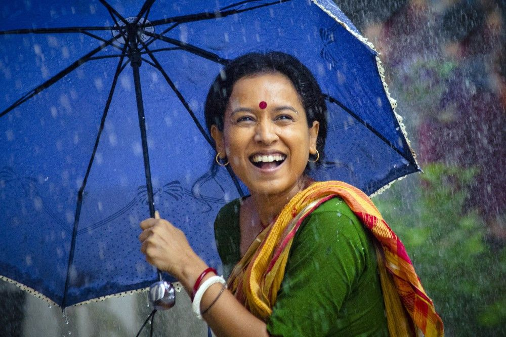 Einsfestival MONSOON BABY, am Samstag (20.09.14) um 20:15 Uhr.  Shanti (Tillotama Shome) im Regen.