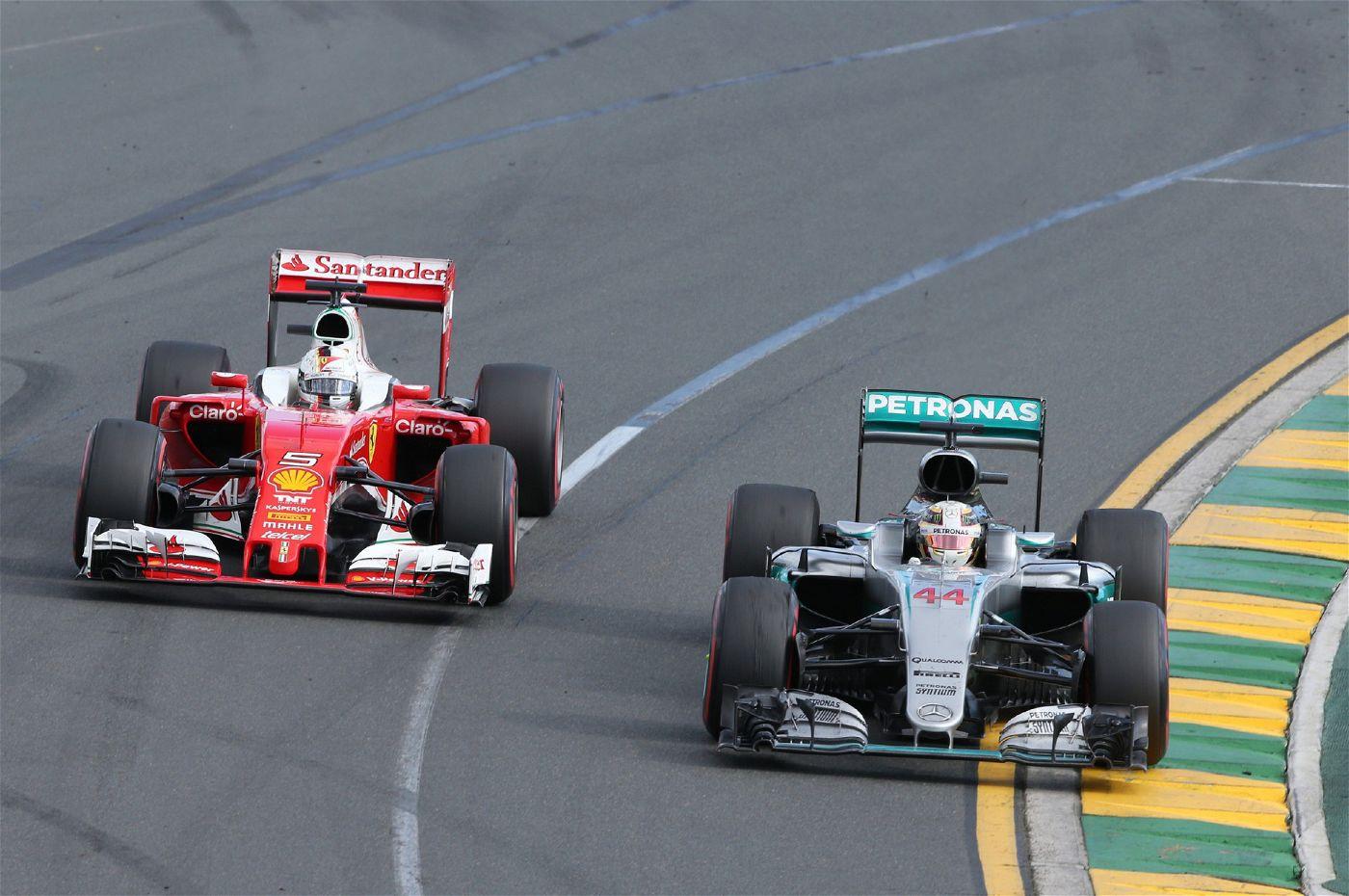 Sebastian Vettel (Ferrari) und Lewis Hamilton (Mercedes) im Duell.