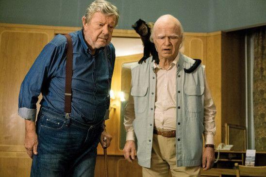 Julius (Iwar Wiklander, l.) und Allan (Robert Gustafsson) mit dem Affen Crystal.