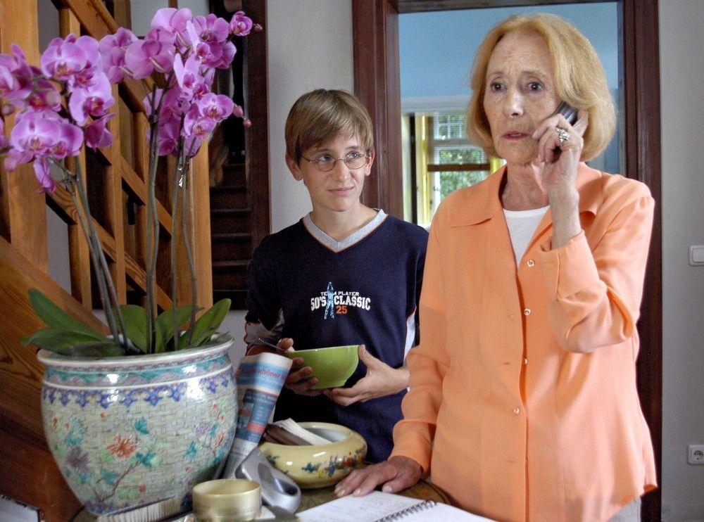 Nico (Janos Körtge) hilft Oma Marianne (Rosemarie Fendel).