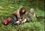 Johanna (Christine Neubauer) befreit den Hofrat Fritz (Siegfried Rauch) aus einer Wildfalle.